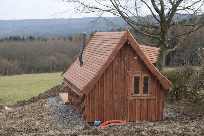 Petite cabane en bois installée sur un terrain