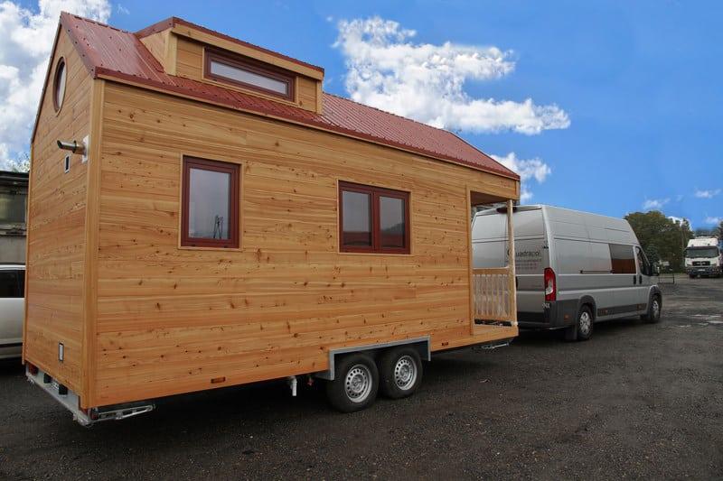 Tiny House en bois Carol tractée par un camion