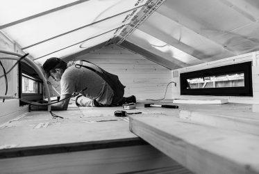 Un artisan en train de travailler dans une Tiny House