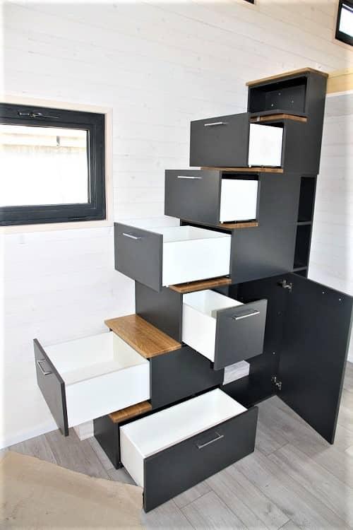 Escaliers en bois avec des tiroirs de rangements
