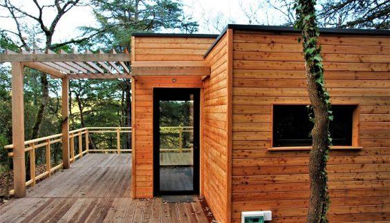 Façade extérieure en bois du lodge Nano