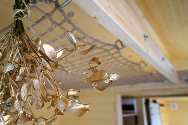 Filet entre deux mezzanines en bois à l'intérieur d'une Tiny House