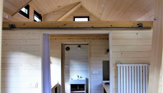 Espace intérieur avec mezzanine de la Tiny House Montana
