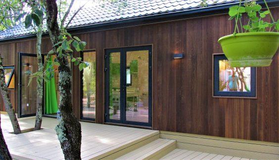 L'extérieur en frêne thermo-chauffé du lodge en bois Kota