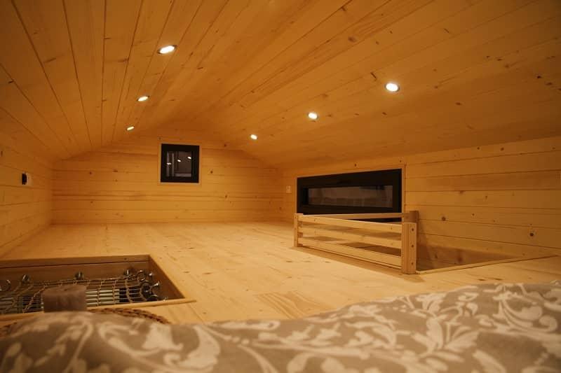 Mezzanine en bois fermée dans une Tiny House