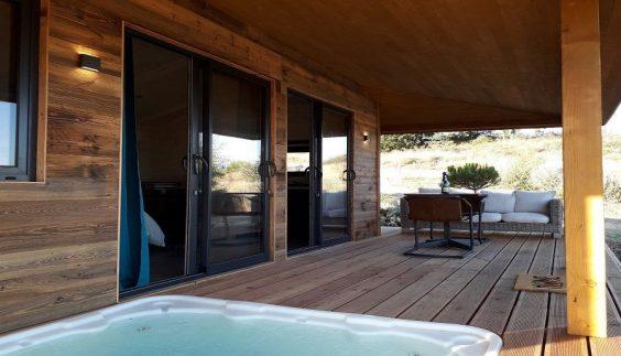 Terrasse et jacuzzi de la Cabane du Pêcheur