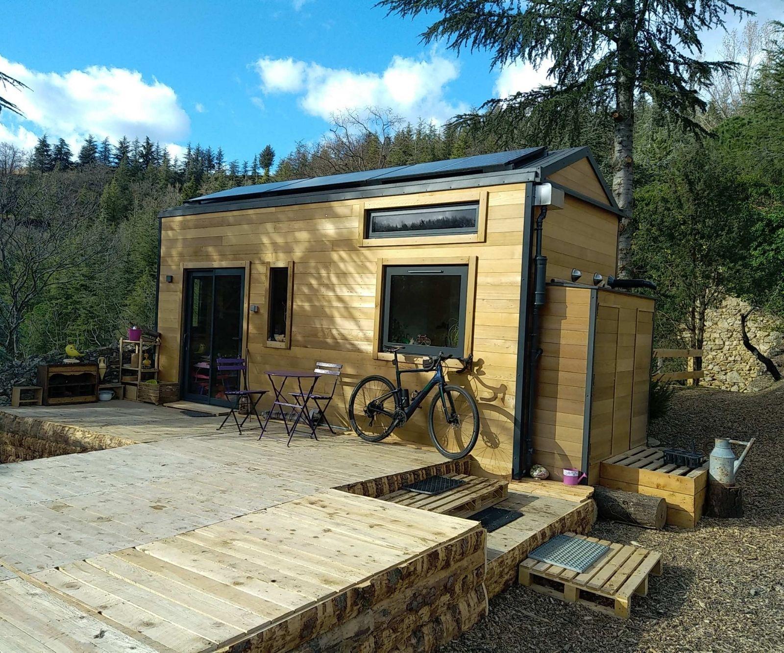 Photo de la Tiny House autonome de Cédric dans la forêt