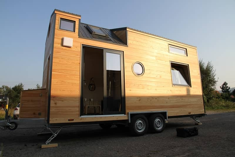 Tiny House en bois en stationnement sur un terrain