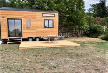 Tiny House avec une terrasse en mélèze installée sur un terrain