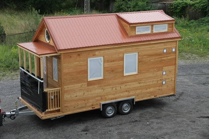 Façade de la Tiny House Hydi en stationnement sur un terrain