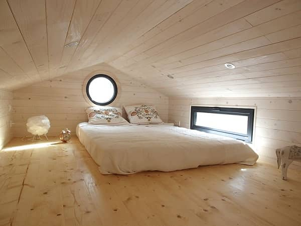 Mezzanine en bois avec lit dans une Tiny House